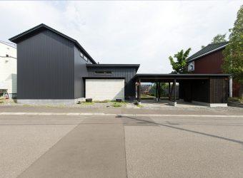間口の広い土地に建つ新築住宅