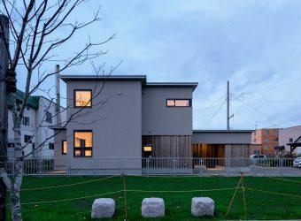 緑道に灯りが映える新築住宅
