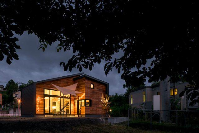 明るく照らされた新築住宅