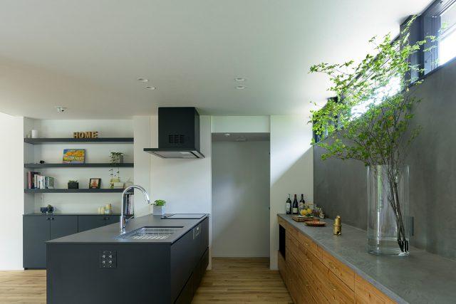 黒い重厚感のあるシステムキッチン