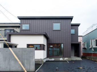 ガルバリウム鋼板の外壁の住宅