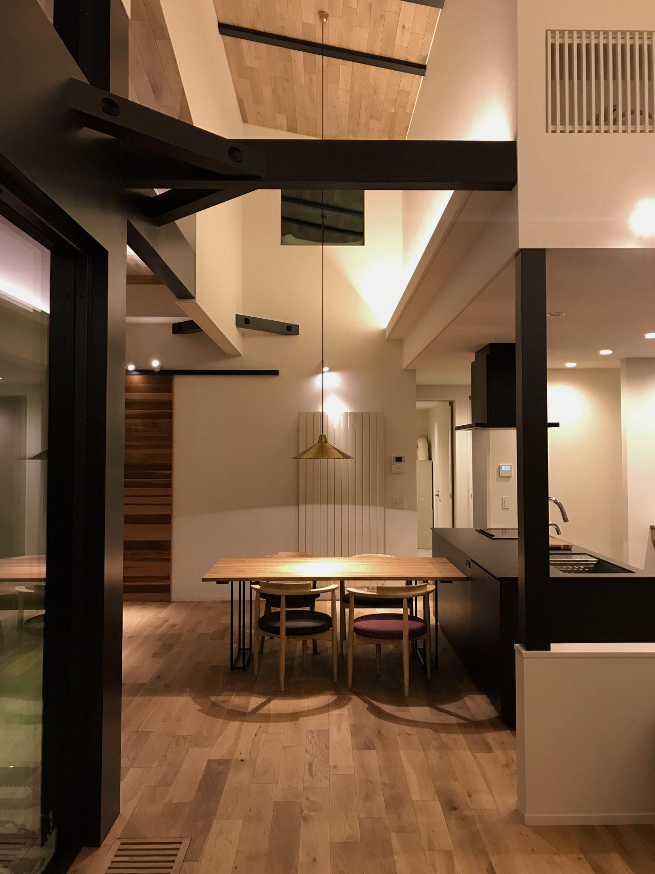 天井の高い無垢の床の新築住宅