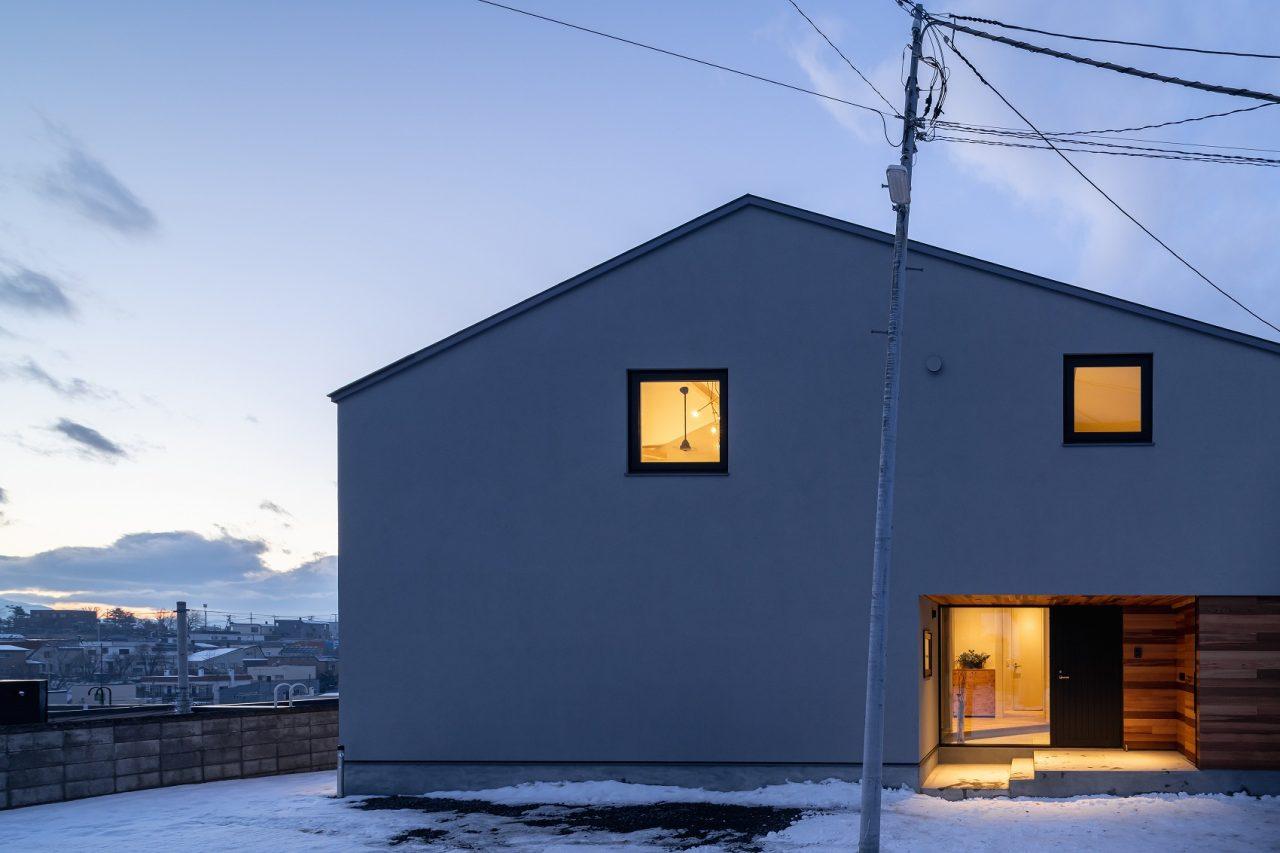 新築注文住宅 外観写真 塗り壁と木の外壁 レッドシダー外壁 三角屋根 切妻屋根 他移動 札幌 景色のいい場所