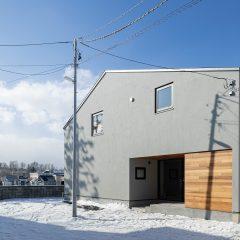 塗り壁とレッドシダーの外壁 三角屋根 切妻屋根 新築外観 札幌 北海道 高断熱住宅